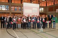 Frau Jung nimmt die Urkunde für die IGS Remagen entgegen - Foto/Abbildung: Pädagogisches Landesinstitut RLP, Ronny Schwarz
